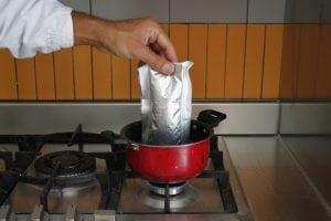 Immergere la bustina senza aprirla, in un pentolino pieno d'acqua calda per 10 min circa.