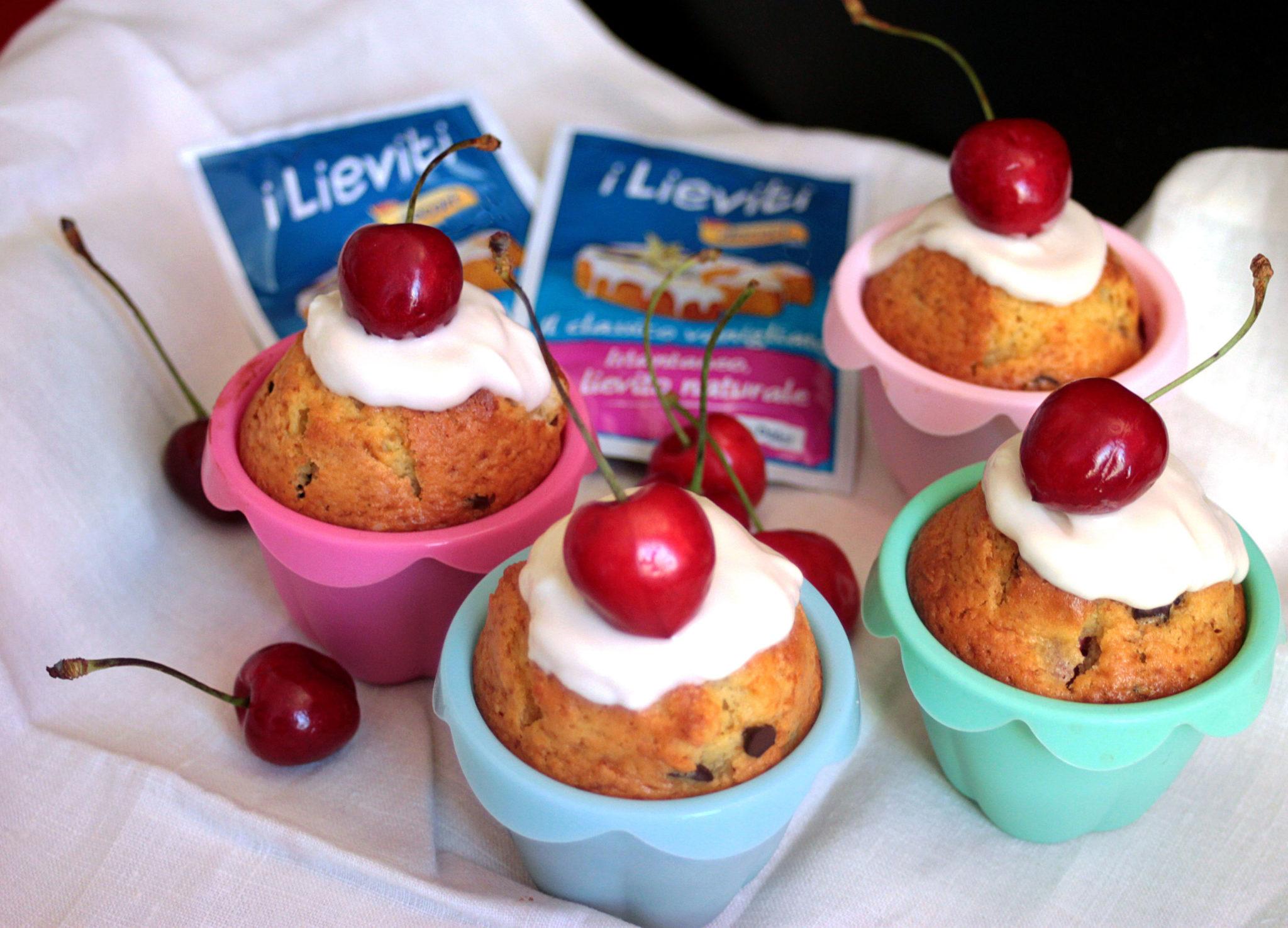 Muffin allo Yogurt con Ciliegie e Gocce di Cioccolato