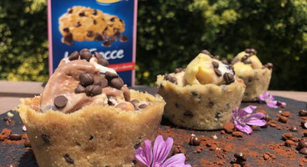 Coppette di Crumble con gocce di cioccolato ripiene di gelato
