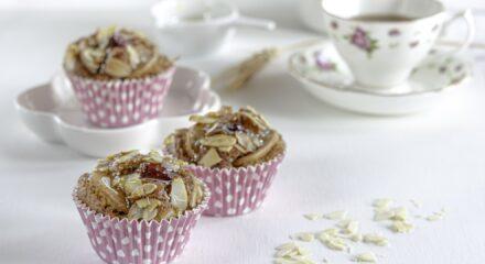 Muffin allo yogurt con pere e lamponi